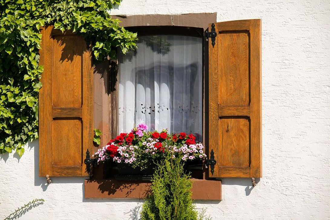 36 Fabulous Exterior Decoration Ideas With Flower In Window