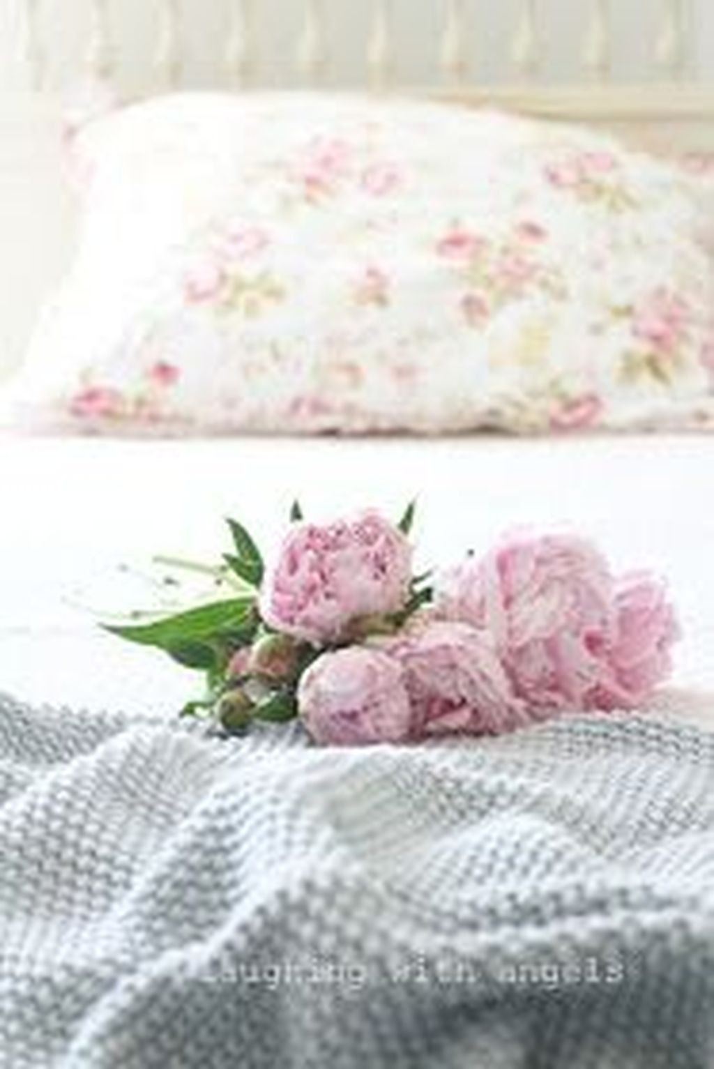 32 Lovely Winter Bedroom Design Ideas With Flower Themes To Try Asap